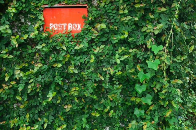 положите красный цвет в коробку столба стоковые фото