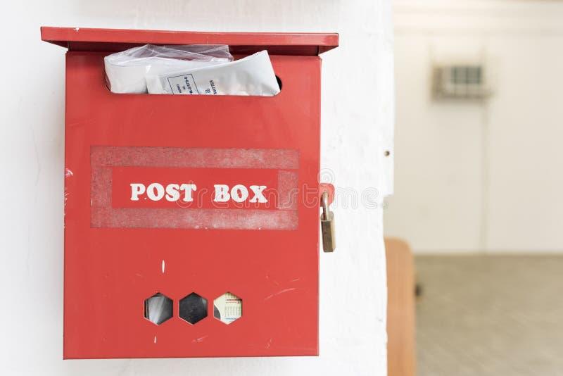 положите красный цвет в коробку столба стоковые изображения rf