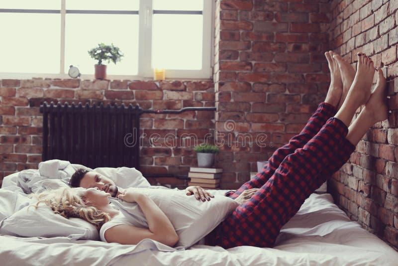 положите пар в постель стоковая фотография