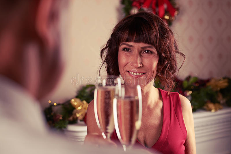 Положите фокус на полку старших пар празднуя совместно пока стоящ стоковые фотографии rf