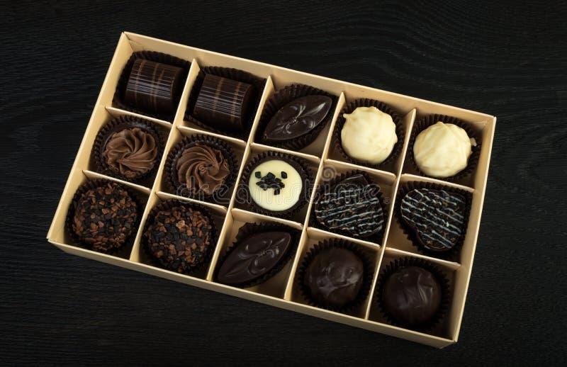 положите шоколады в коробку стоковое изображение rf
