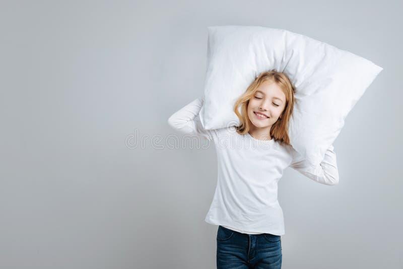Положительная маленькая девочка претендуя спать стоковое изображение