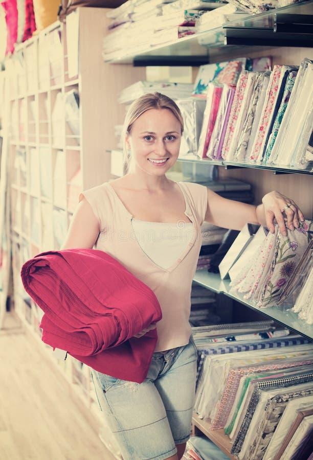Положительная молодая домохозяйка держа скатерти стоковые изображения rf