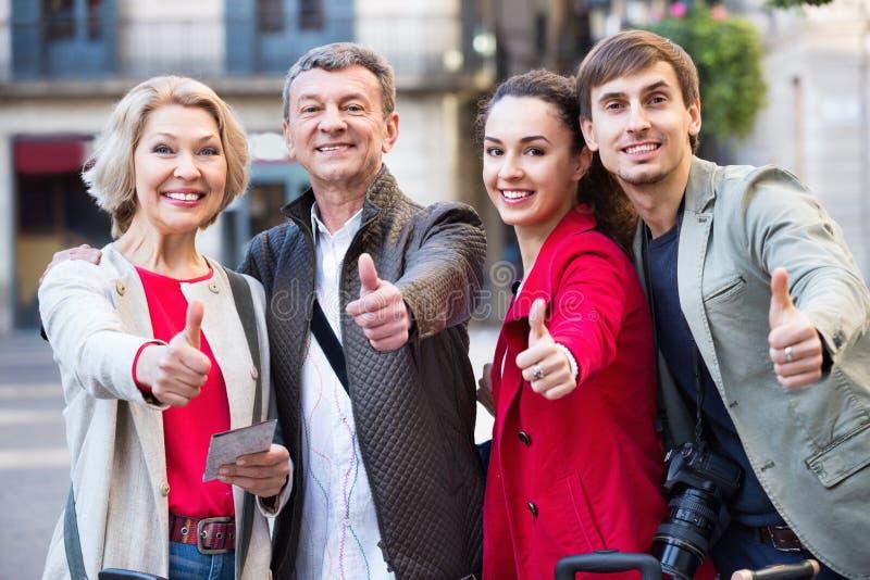 Положительная семья из четырех человек совместно в конце вверх стоковое изображение rf