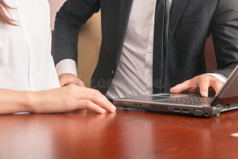 Положительные коллеги сидя на таблице стоковое фото