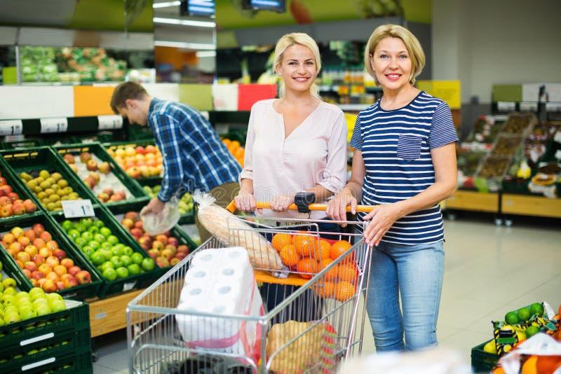 Положительные клиенты выбирая свежие frusits стоковое изображение rf