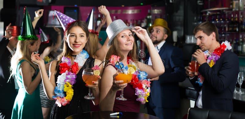 Положительные люди и женщины празднуя день рождения стоковая фотография rf
