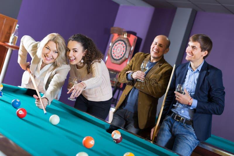 Положительные люди среднего класса имея игру бассейна стоковые изображения rf