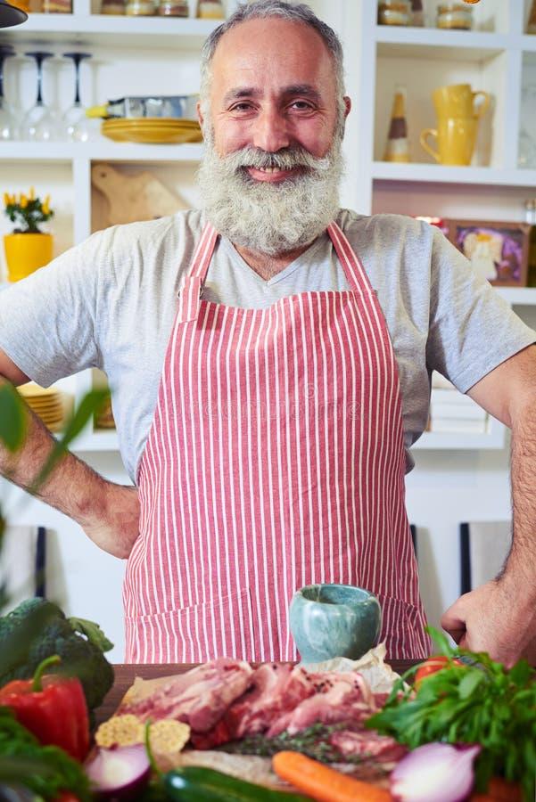 Положительный включая плита с рукой на тазобедренном подготавливает для того чтобы начать сварить стоковая фотография rf