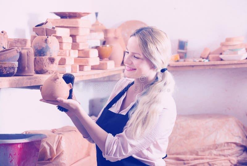 Положительный гончар женщины нося керамические сосуды стоковое фото rf