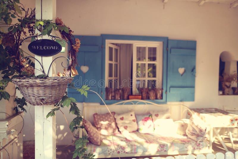 Положительный знак на красивом доме стоковые фотографии rf