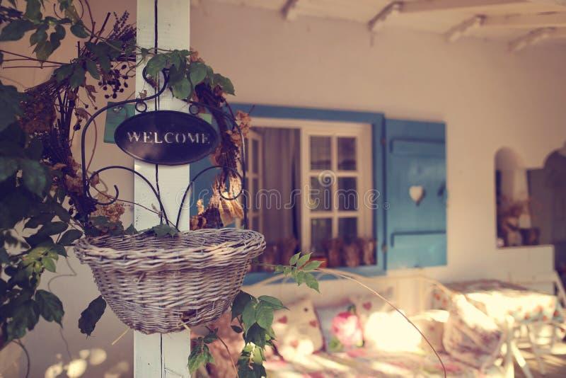 Положительный знак на красивом доме стоковое фото rf