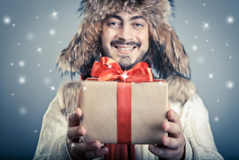 Положительный мужчина с волшебным giftbox стоковые изображения rf