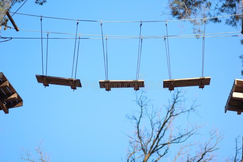 Полоса препятствий в парке веревочки стоковые фото