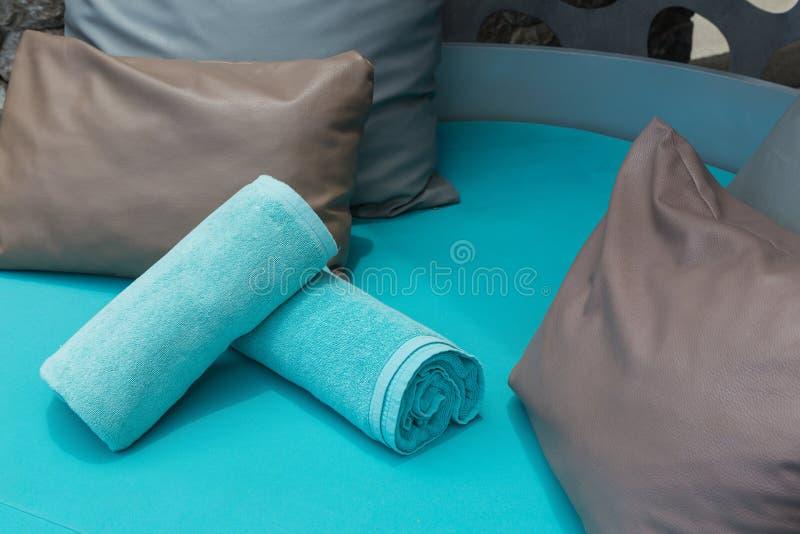 Полотенца и подушки на бассейне стоковая фотография rf