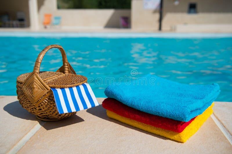 Полотенца на бассейне стоковые фотографии rf