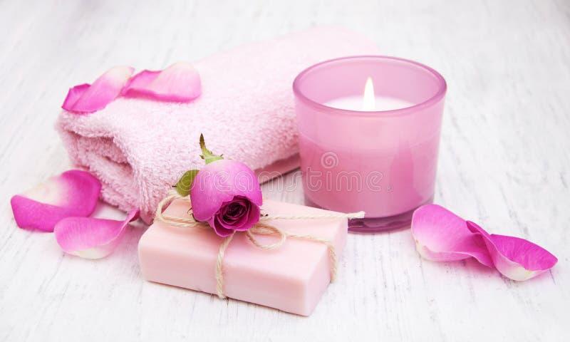 Полотенца, свеча и мыло ванны с розовыми розами стоковое изображение rf