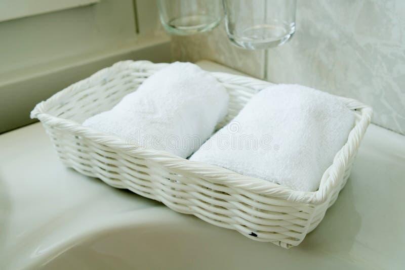 полотенца спы белые стоковое фото rf