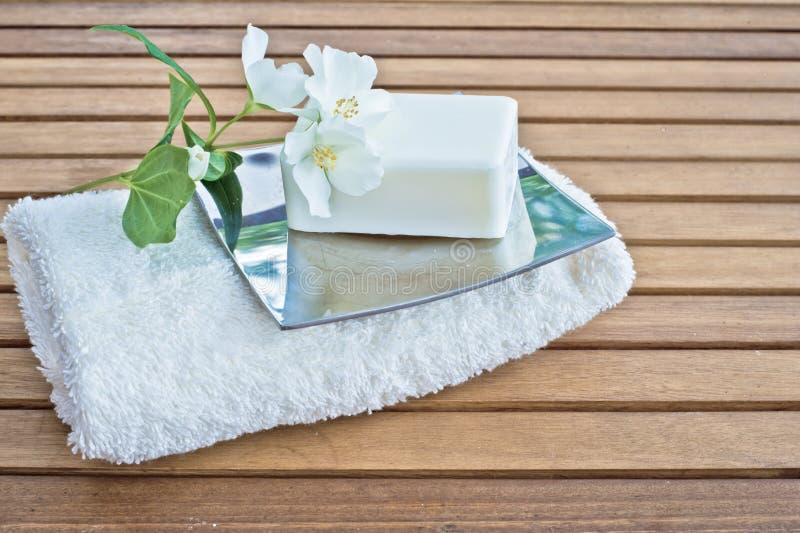 Полотенце и мыло с цветком стоковые фотографии rf