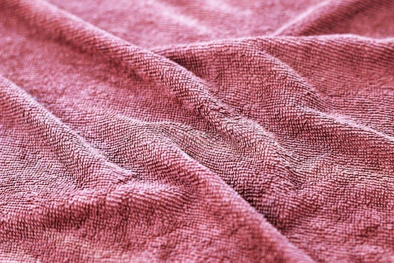 Полотенце темного коричневого цвета которое извивалось в предпосылку стоковое изображение rf