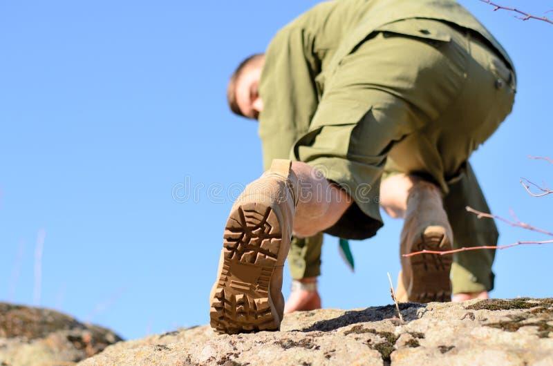 Подошва ботинка разведчика мальчика взбираясь утес стоковые изображения rf