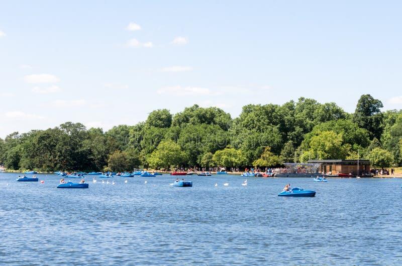 Полоща шлюпки на змейчатом реке, Гайд-парке стоковая фотография rf