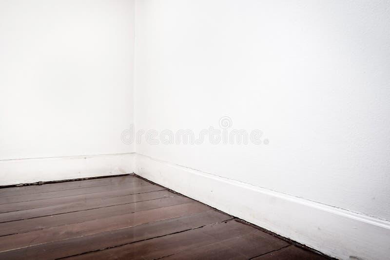 Пол партера пустой белой стены и темного коричневого цвета в перспективе соперничает стоковое фото rf