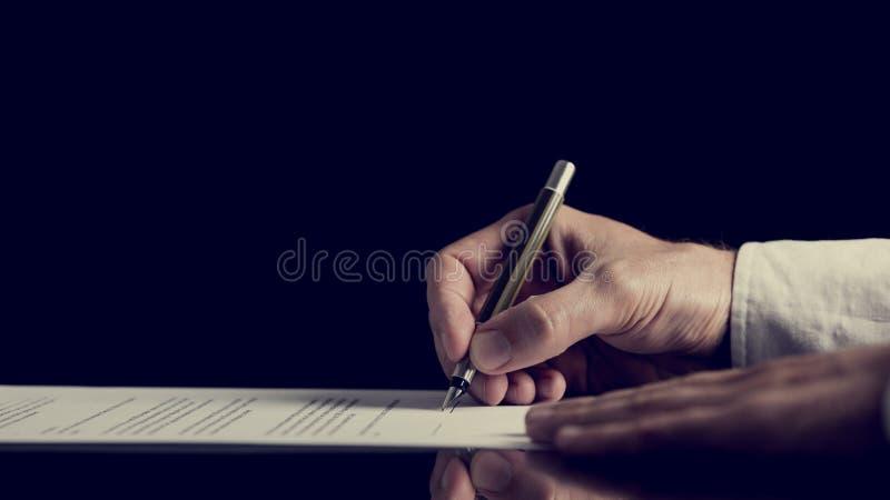 Подписание контракта над темной предпосылкой стоковые фотографии rf