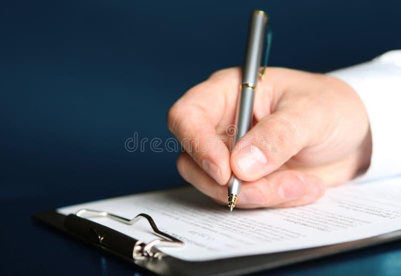 Подписывая контракт финансов стоковые изображения
