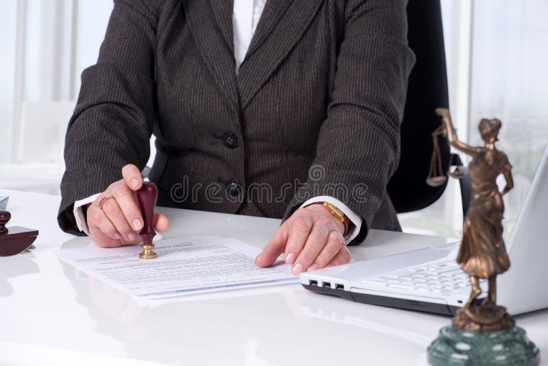 Подписывая контракт стоковая фотография rf
