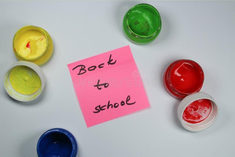 Подпишите, назад к ` школы на белой предпосылке с цветами краски стоковое фото rf