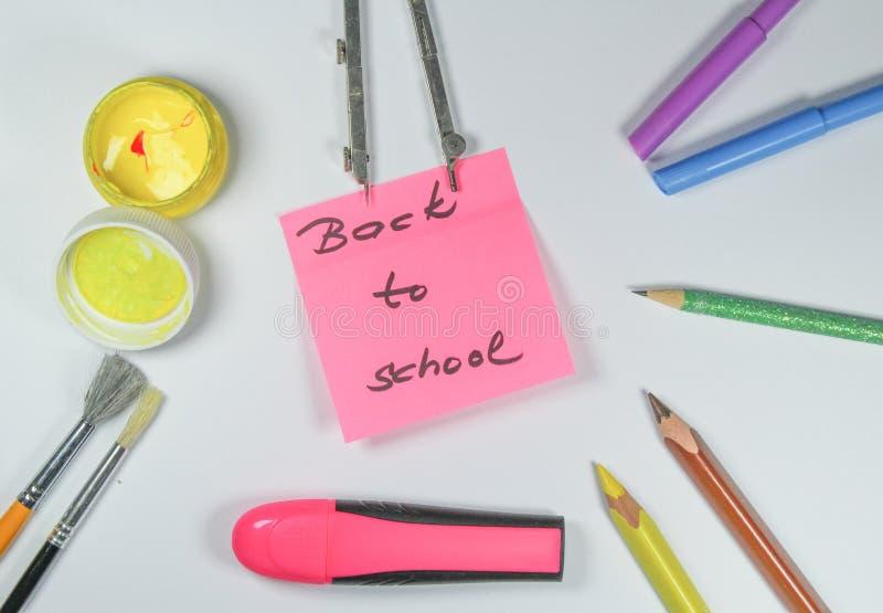 Подпишите, назад к ` школы на белой предпосылке стоковые фото