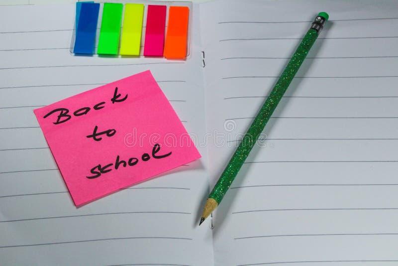 Подпишите, назад к ` школы на книге тренировки стоковые изображения