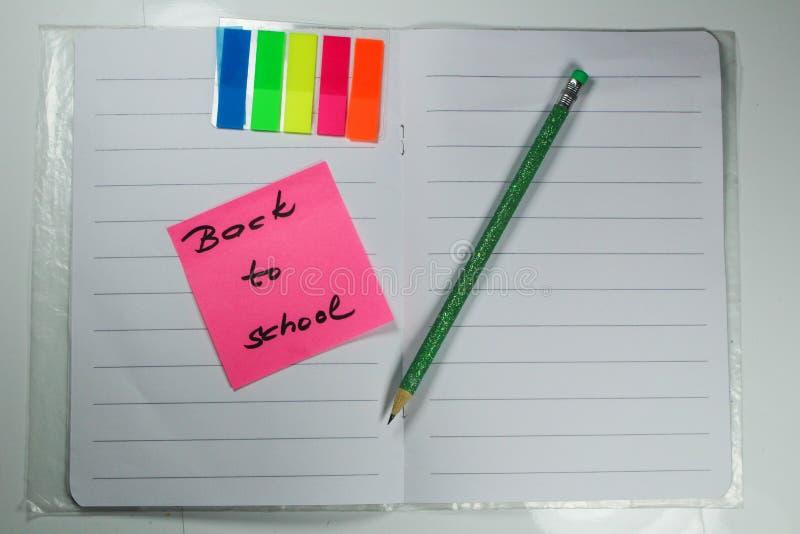 Подпишите, назад к ` школы на книге тренировки стоковое фото rf