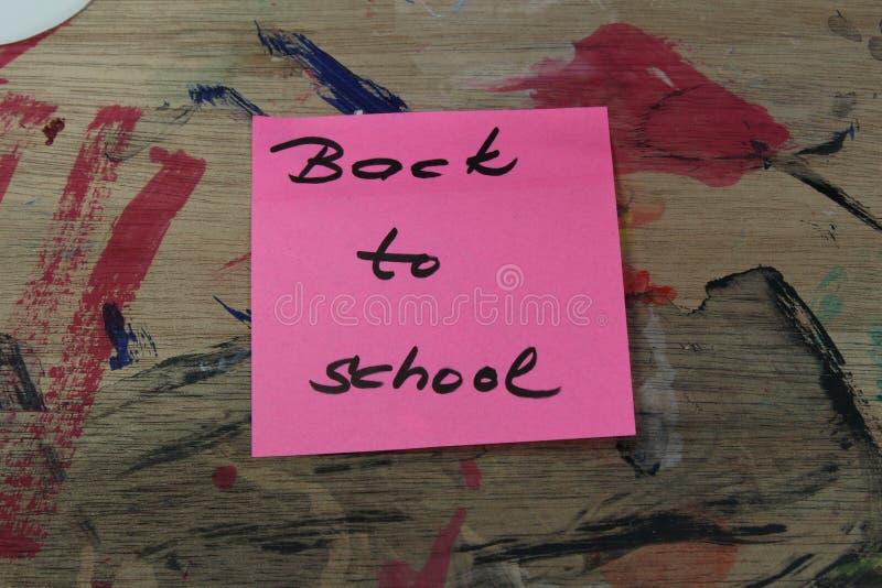Подпишите, назад к ` школы на паллете краски стоковая фотография rf
