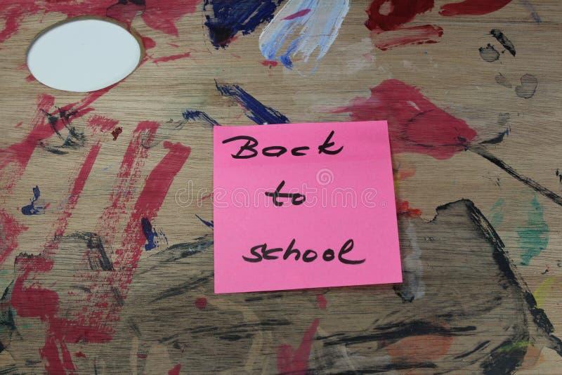 Подпишите, назад к ` школы на паллете краски стоковые изображения rf