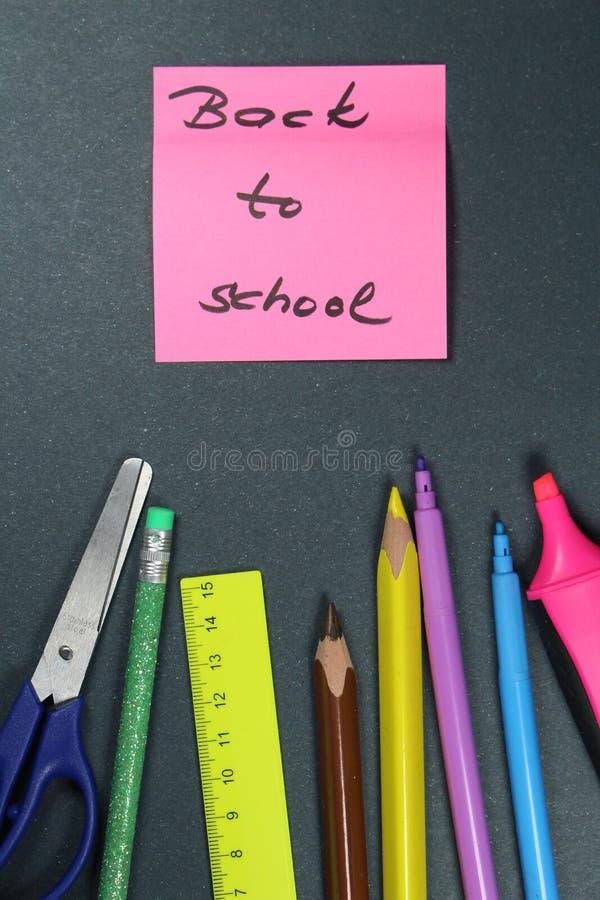Подпишите, назад к ` школы на помощи стикера и школы стоковое изображение rf