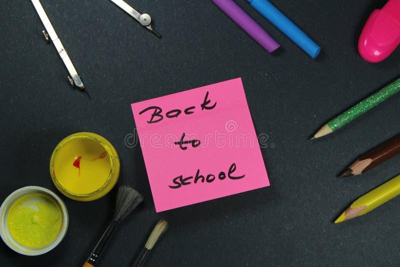 Подпишите, назад к ` школы на помощи стикера и школы стоковое фото