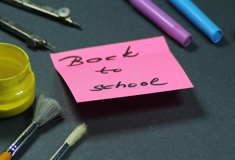 Подпишите, назад к ` школы на помощи стикера и школы стоковые изображения rf
