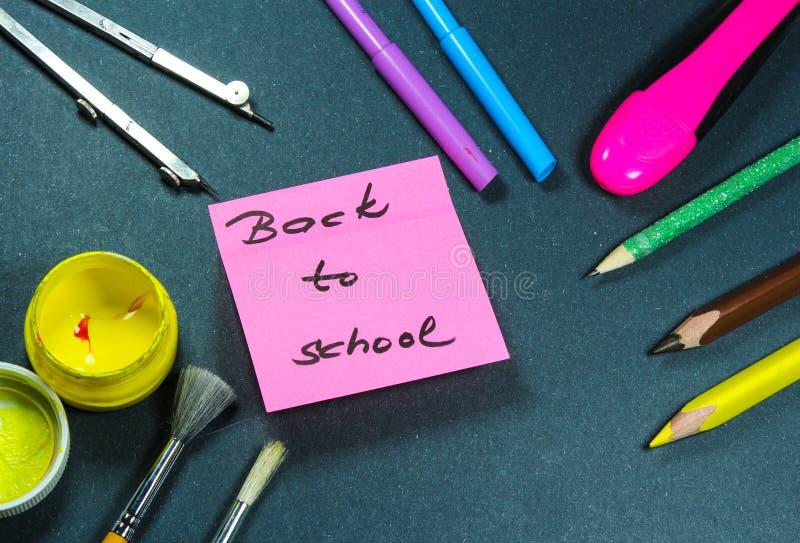 Подпишите, назад к ` школы на помощи стикера и школы стоковая фотография rf