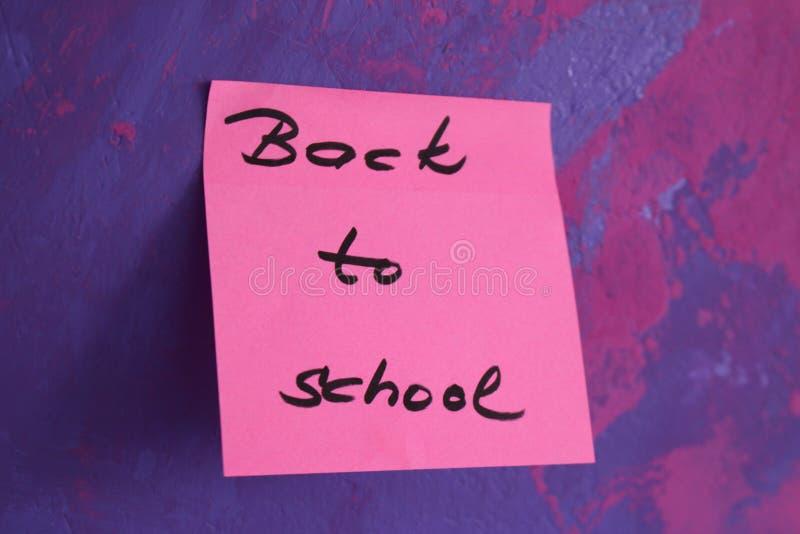 Подпишите, назад к ` школы на стикере стоковые фотографии rf