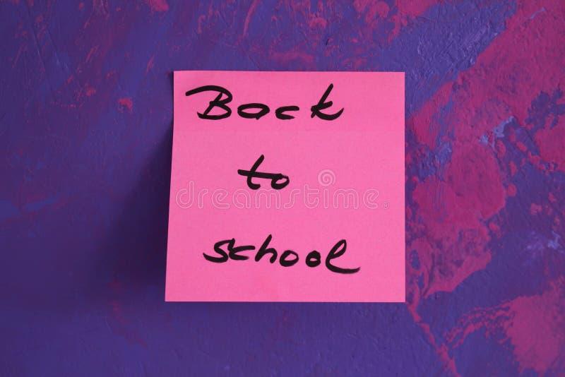 Подпишите, назад к ` школы на стикере стоковое изображение