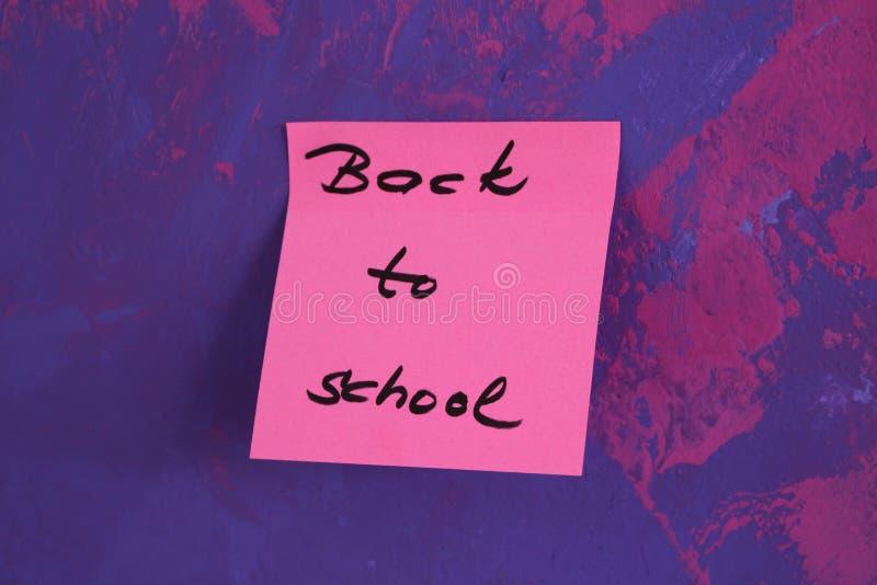 Подпишите, назад к ` школы на стикере стоковая фотография rf