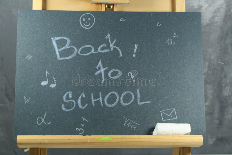 Подпишите, назад к ` школы на черной доске стоковые изображения rf
