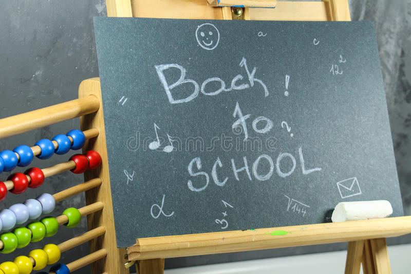 Подпишите, назад к ` школы на черной доске стоковые фотографии rf