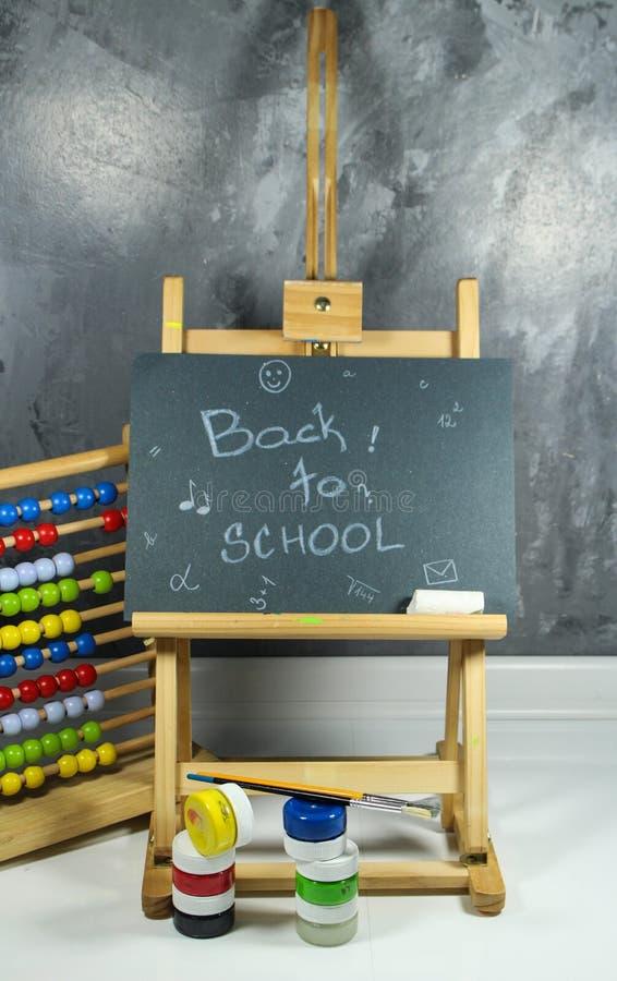 Подпишите, назад к ` школы на черной доске стоковое фото rf
