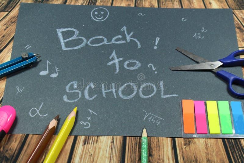Подпишите, назад к ` школы на черной предпосылке стоковая фотография
