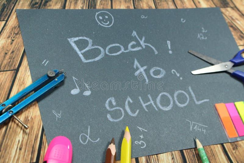 Подпишите, назад к ` школы на черной предпосылке стоковое изображение