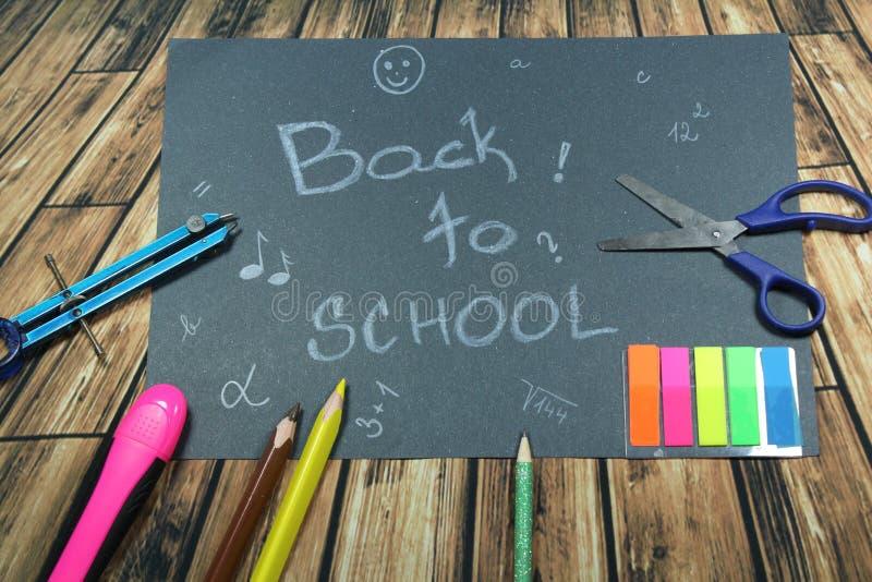 Подпишите, назад к ` школы на черной предпосылке стоковые изображения rf