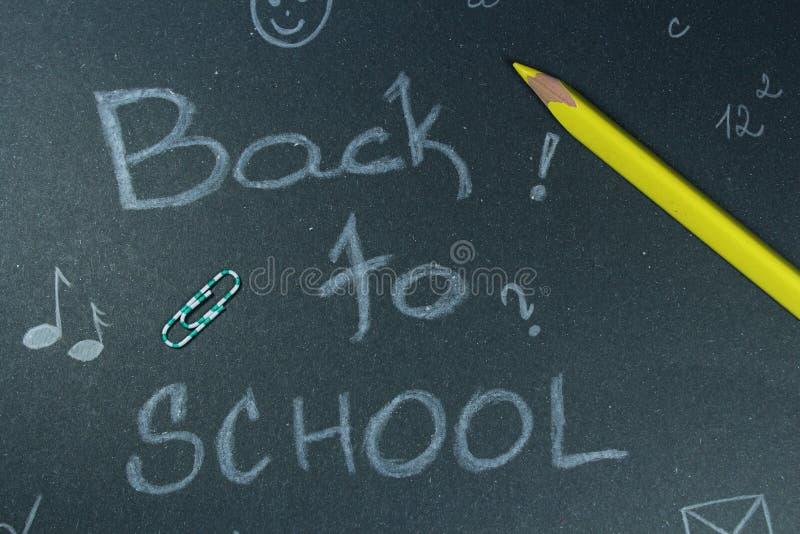 Подпишите, назад к ` школы на черной предпосылке стоковые изображения
